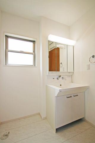 (同仕様・洗面化粧台)収納豊富なシャワー付洗面台♪洗面収納付きで日用品のストックも便利♪