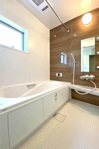 (浴室)お子様と入ってもゆとりある1坪の広々浴室♪浴室換気乾燥機付き♪ 長い梅雨や冬の時期の洗濯物