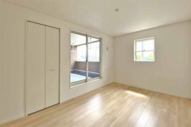 (洋室)2部屋から行き来できるバルコニー♪収納スペースも充実で1番主寝室にピッタリです♪