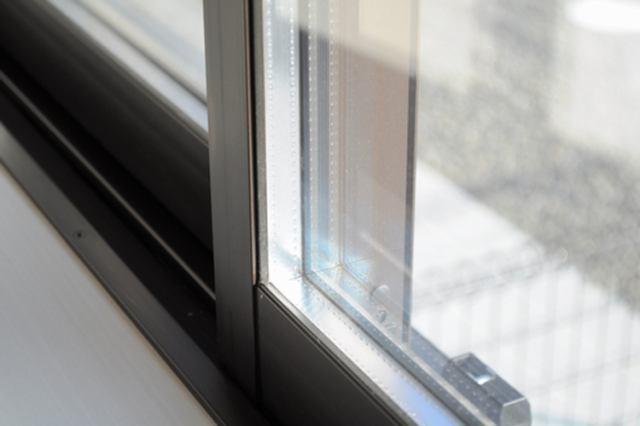 居室部分の窓ガラスには2枚のガラスの間に空気層を設けたペアガラスを採用。高い断熱性と共にガラス面の結
