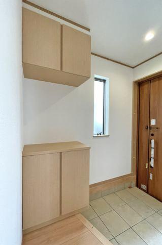 (靴箱)飾り棚にはドライフラワーや手作りのウェルカムボードを置いてもステキです♪