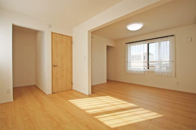 (洋室)3階の11帖の洋室は間仕切り可能です!ウォークイン付き♪