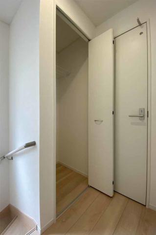(2階廊下収納)お部屋にしまいきれない物も廊下収納へスッキリ収納できます♪