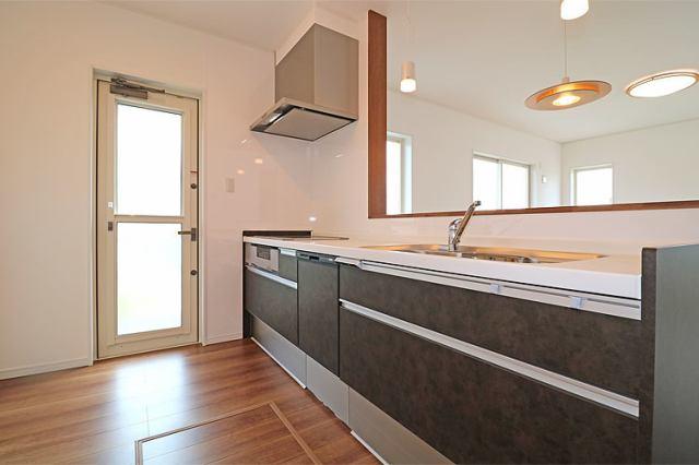(キッチン) 引き出し式のシステムキッチンは鍋やフライパンの出し入れ楽々(^^)