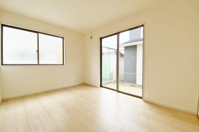 (洋室)リビングは家具をゆったり置けます♪拭き掃除は家族みんなですれば毎日ピカピカです♪