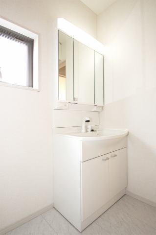 (同仕様・洗面化粧台)前面三面鏡ですので、小物を隠してキレイに収納します!