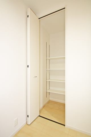 (同仕様・廊下収納)靴箱の他に廊下収納も付いてます!