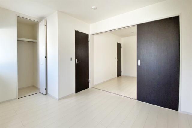 (洋室)可動間仕切り付き!2部屋を広々1部屋にもできる便利な洋室です♪