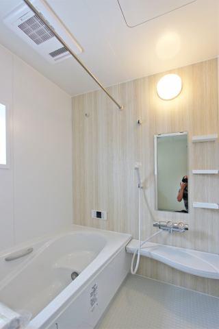 (浴室) ベンチ付きの浴槽で半身浴や長湯も楽しめますよ!