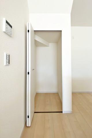 (パントリー)キッチン横のパントリーは、保存食やキッチン用品の収納に便利ですね♪