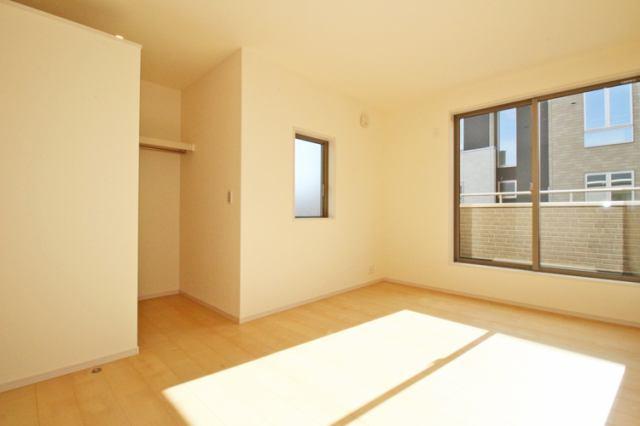(洋室)日差しがとても入りやすい洋室です♪収納スペースもあってすぐ着るものも取りやすいですね♪