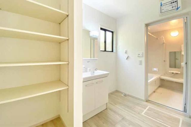 (洗面脱衣所)広々脱衣所には収納付き♪タオルや洗面所のストックもスッキリ収納できます♪