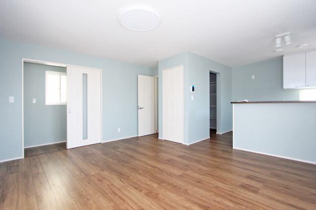(リビング)広々リビング!家具の配置が楽しみですネ!収納付きです♪
