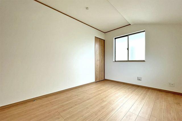(1F洋室)全室フローリングでお掃除楽々です♪日中は日差しでお部屋ポカポカ♪