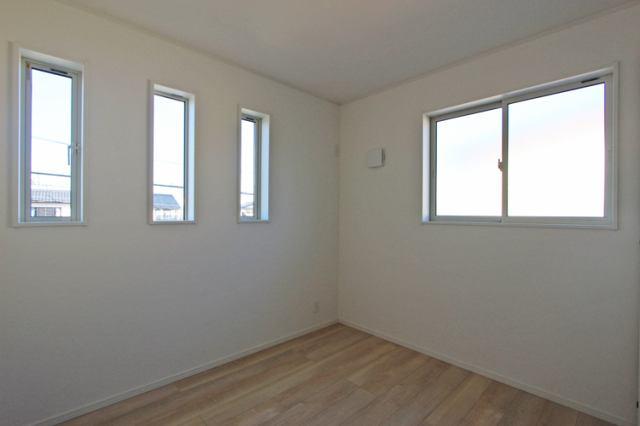 (洋室)子供部屋に最適な南に面した明るい洋室♪勉強もはかどるかも…