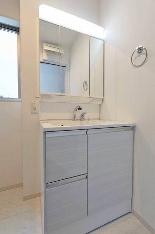 (洗面化粧台)収納豊富なシャワー付洗面台♪洗面収納付きで日用品のストックも便利♪
