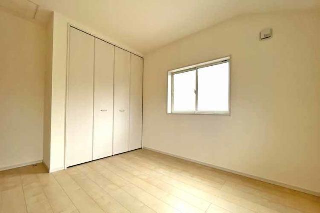 (洋室) 学習机に本棚・ベッドをしっかり置ける洋室。衣類はクローゼットにスッキリ収納できます♪