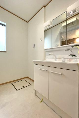 (洗面化粧台)お客さんが来ても3面鏡の後ろにスッキリ収納♪使い勝手が良い洗面化粧台♪