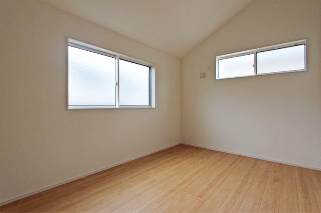 (洋室) 二面彩光の明るい洋室♪ 書斎や趣味・大きな納戸としても使えます。