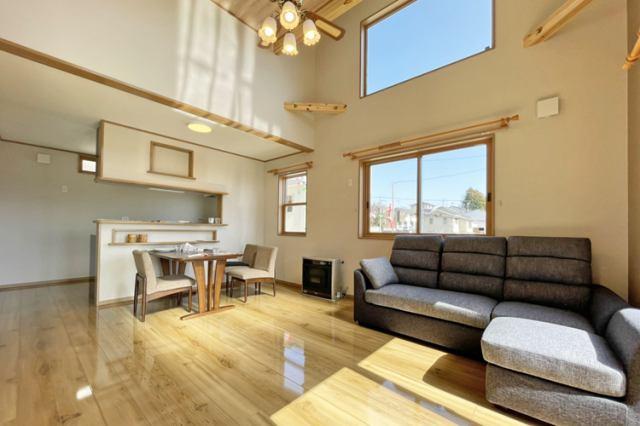 (LDK)窓からたくさんの光が差し込む明るい開放感のある吹抜け♪