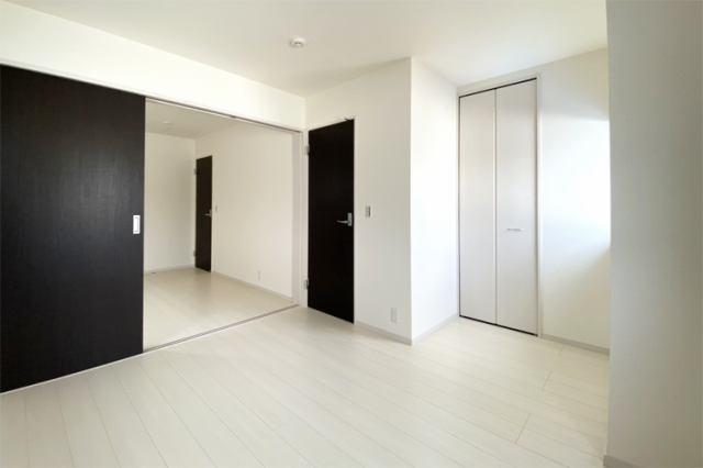 (洋室)5帖仕様の洋室には衣類や小物をスッキリ収納できる広々クローゼット付き♪