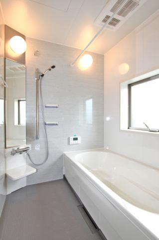 (同仕様・浴室) 仕事や子育てで忙しいご家庭でも空いている時間で乾かせる浴室乾燥機付き♪