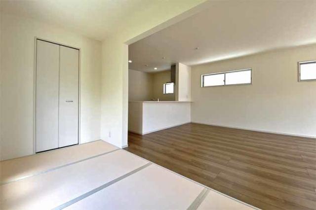 (畳コーナー)リビングに隣接した収納付きの畳コーナー♪急なお泊りや普段のお昼寝スペースにもGOOD