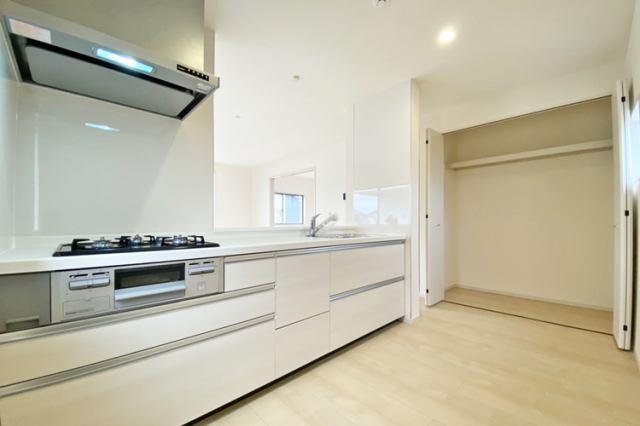 (キッチン)2階リビングは陽当たり良好です♪日中は明るいキッチンで料理に腕が鳴りますね♪