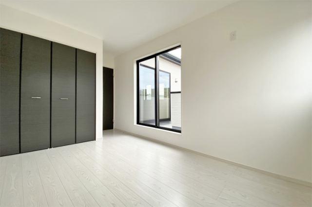 (洋室)主寝室向きの8帖の洋室です!陽当りも良好でお布団干しにも最適なお部屋です♪