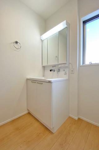(洗面化粧台)前面三面鏡ですので、小物を隠してキレイに収納します!