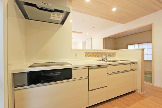 (キッチン) 使い勝手も良い広々したシステムキッチンで料理の腕も鳴りますね♪