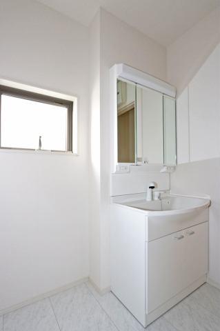 (同仕様・洗面化粧台)前面三面鏡ですので、お客様が小物を隠してキレイに収納します!