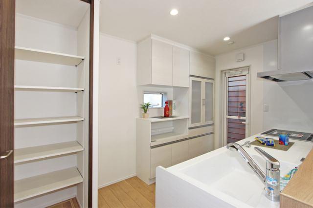 (キッチン)食洗機&カップボード、キッチン収納、勝手口が付いてます!