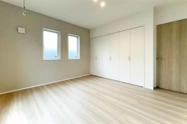 (洋室) 大きなベッドを置いても、ゆったりとした空間です。
