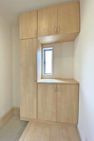 (靴箱)家族の靴をすっきり収納できます♪小窓つきで明るい玄関です♪