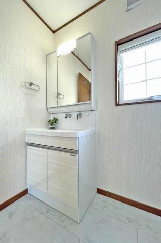 (同仕様:洗面化粧台)洗面所がスッキリ!嬉しい3面鏡の化粧台♪