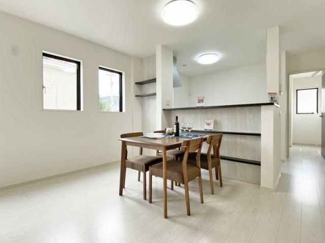 (LDK)備え付けの飾り棚は収納にもなり、あると便利♪