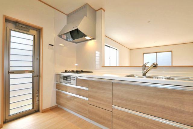 (同仕様・キッチン) 引き出し式のシステムキッチンは鍋やフライパンの出し入れ楽々です。