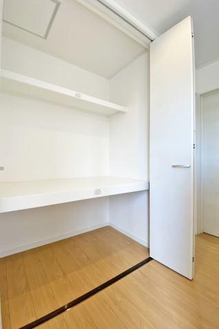 (2階廊下収納)お部屋に置いておきたくないお荷物も廊下収納へしまってお部屋を思う存分使えます♪