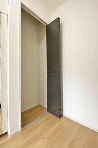 (収納)玄関に収納スペースがあり、かさばる物をたくさん収納できます♪