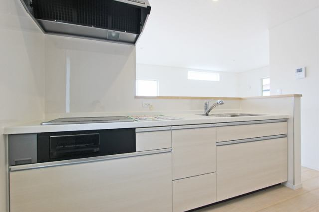(キッチン) 引き出し式のシステムキッチンは鍋やフライパンの出し入れ楽々です。