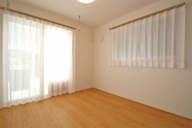 (洋室) 二面彩光の明るい洋室♪ 書斎や趣味・大きな納戸としても使えます(^^)