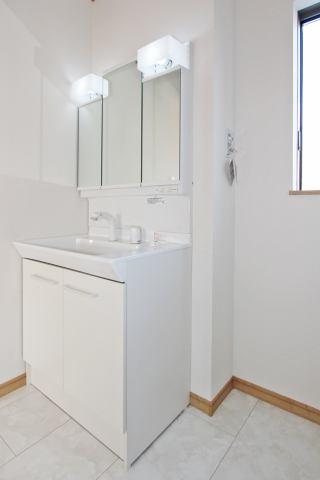 (同仕様・洗面化粧台)三面鏡付の洗面化粧台もGOOD♪