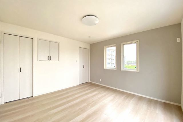 (洋室)2部屋にまたがる南面バルコニーはお布団干しも楽々です♪もちろん、全室広めの収納つき