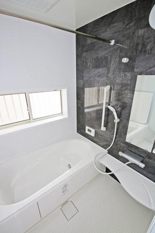 (浴室) ベンチ付きの浴槽で半身浴や長湯も楽しめますよ(^^)