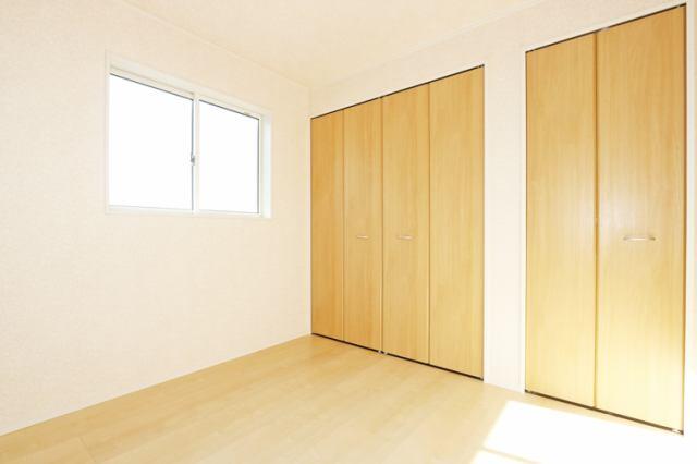 (同仕様・洋室)とっても明るく・収納付きの洋室です!