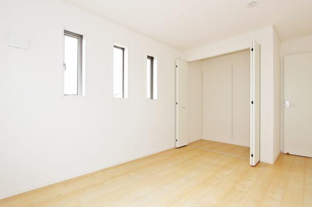 (洋室)二面彩光の明るい洋室♪ 書斎や趣味・大きな納戸としても使えます(^^)