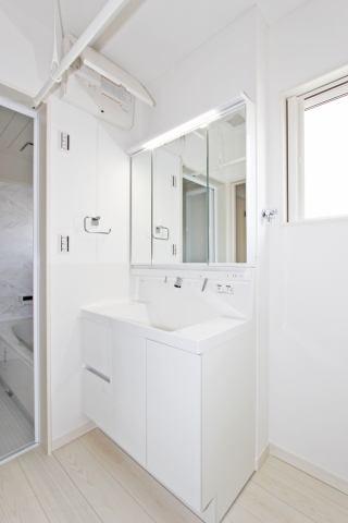 (洗面化粧台)3面鏡で横顔チェック!洗面所収納付きです♪