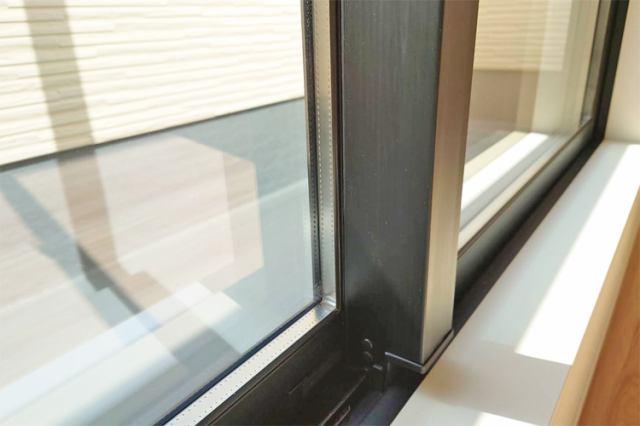 複層ガラスに無色透明な高断Low-E膜をコーティングすることで、採光性を確保しつつも紫外線をカット。