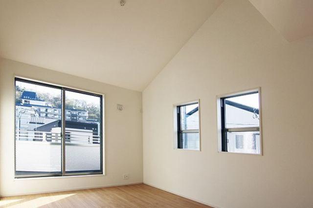 開放感のある勾配天井で立っている時はもちろんソファに座った時はさらに「開放感」を感じることができます